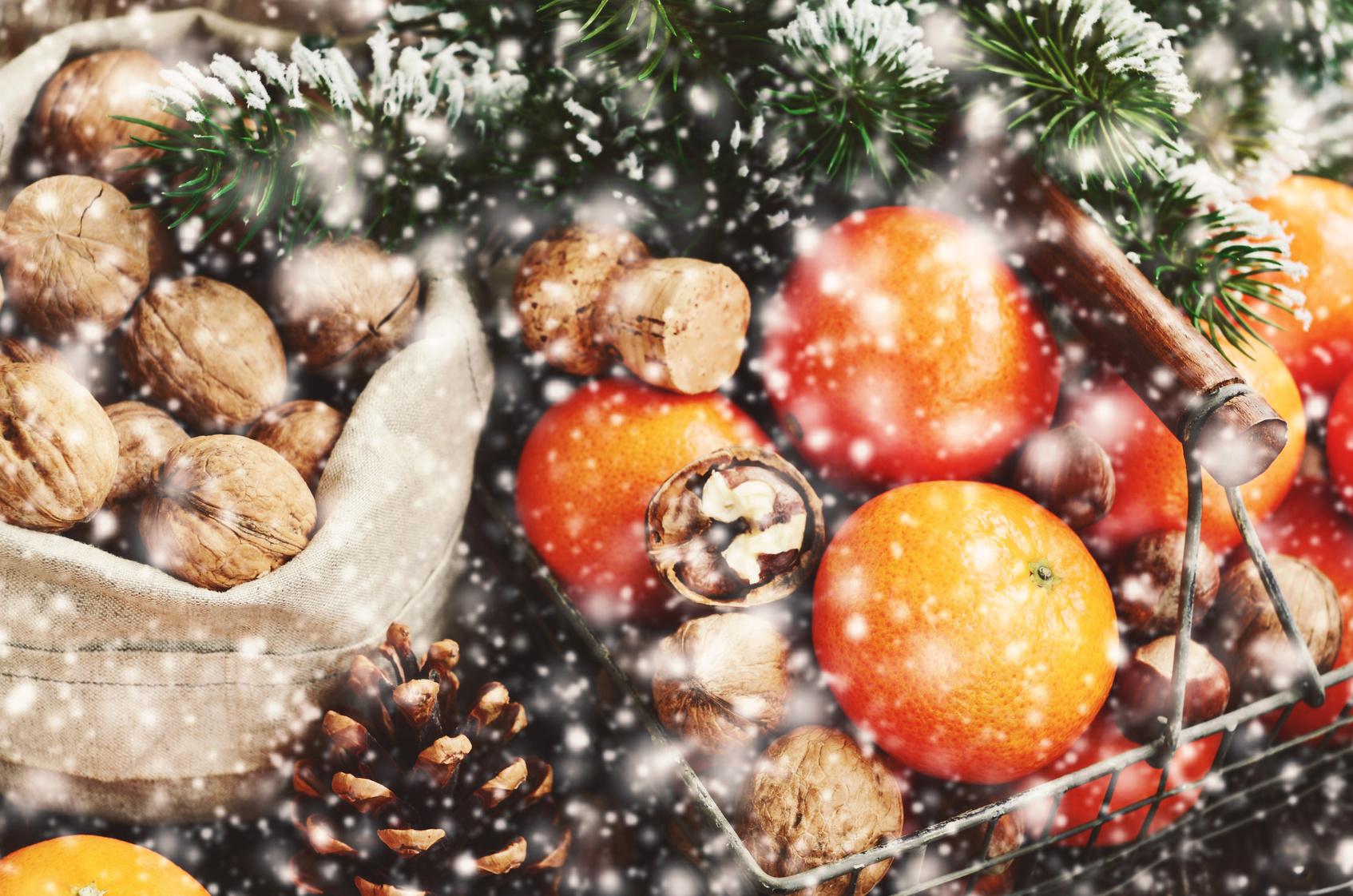 Sotto l albero cesti di natale con frutta verdura e conserve - Contorno di immagini di frutta ...